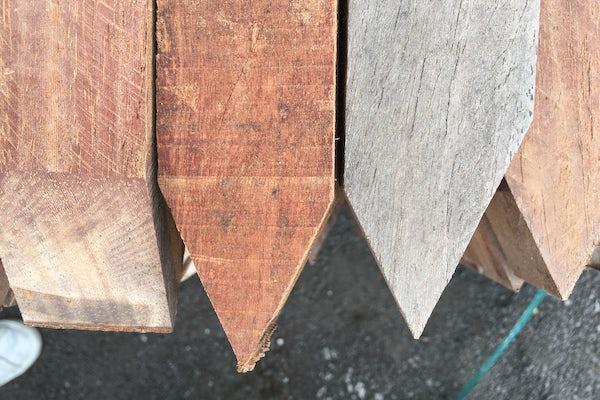Vergrijsde hardhouten paal